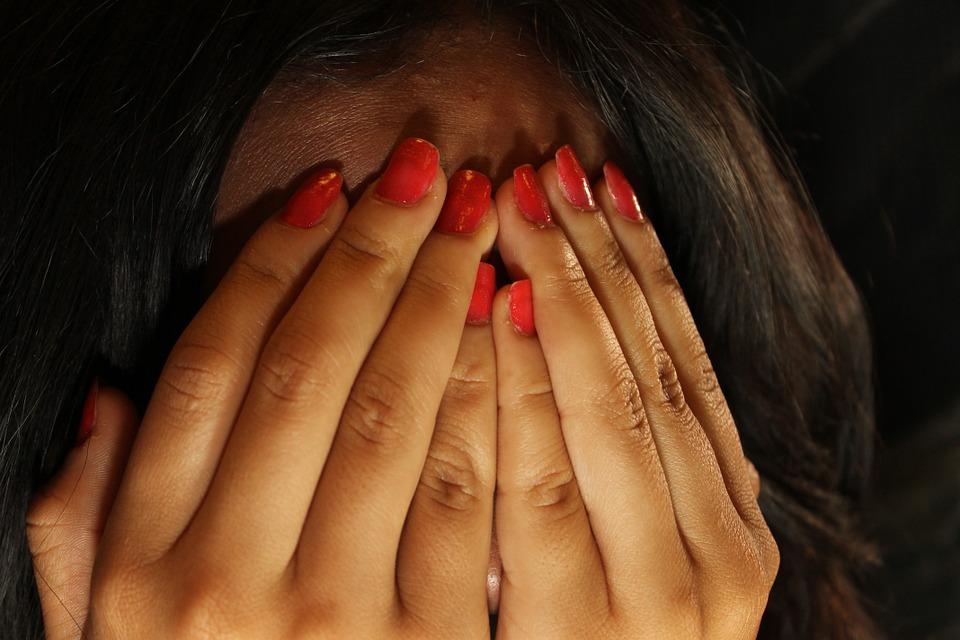 femme se couvrant le visage de ses mains à cause de la honte.crédit image pixabay